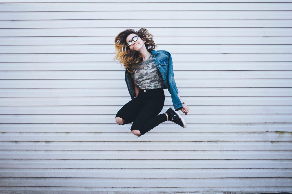 Femme sautant en l'air, heureuse